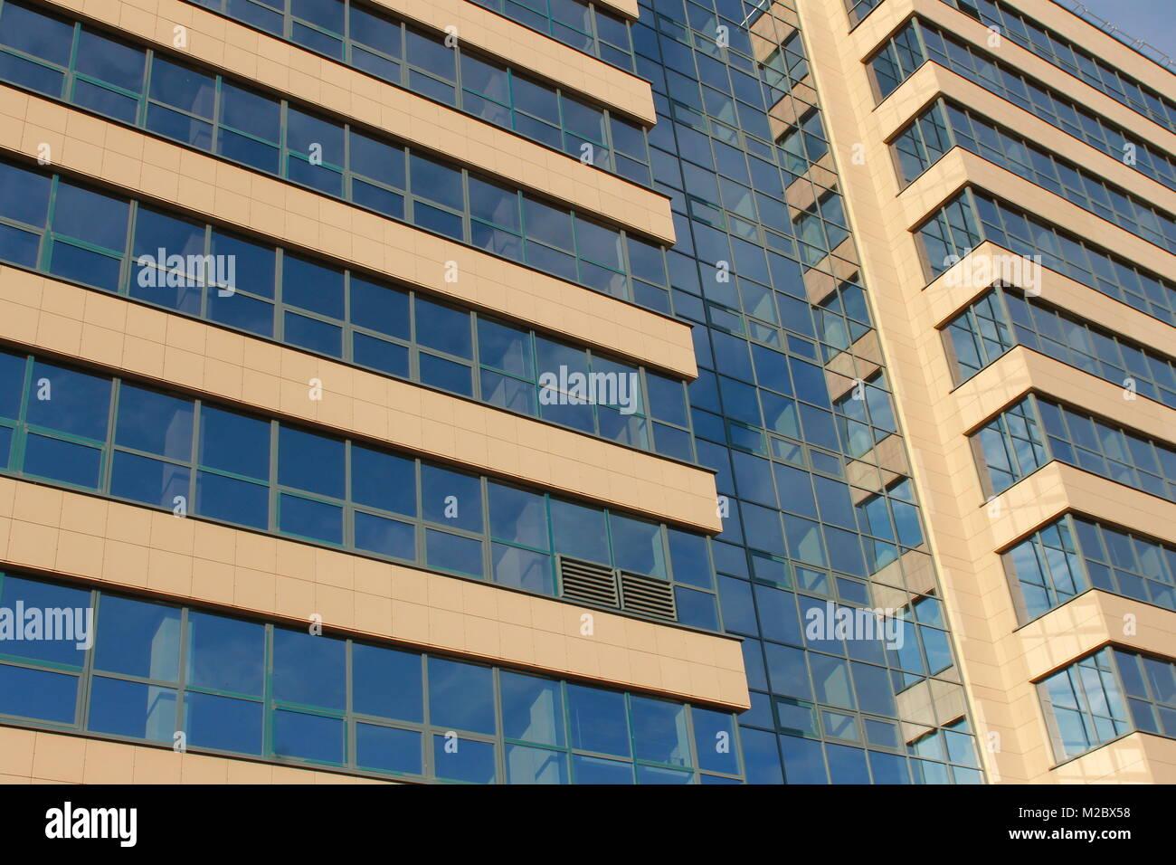 Immeuble de bureaux modernes mur de verre bleu et cadre d acier