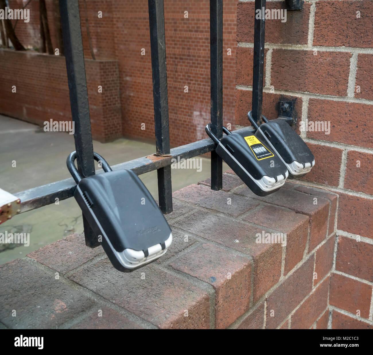 Boîtes aux lettres attachées à une porte à l'extérieur d'un