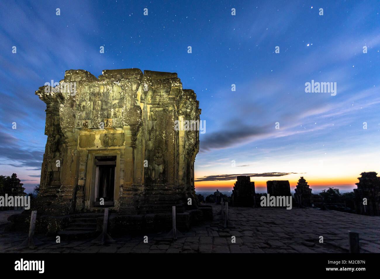 Siem Reap Angkor Wat Phnom Bakheng lever du soleil coucher du soleil au sommet d'une colline à l'aube Photo Stock