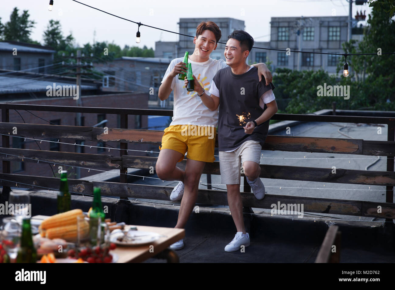 Deux jeunes hommes ont bu de la bière Photo Stock