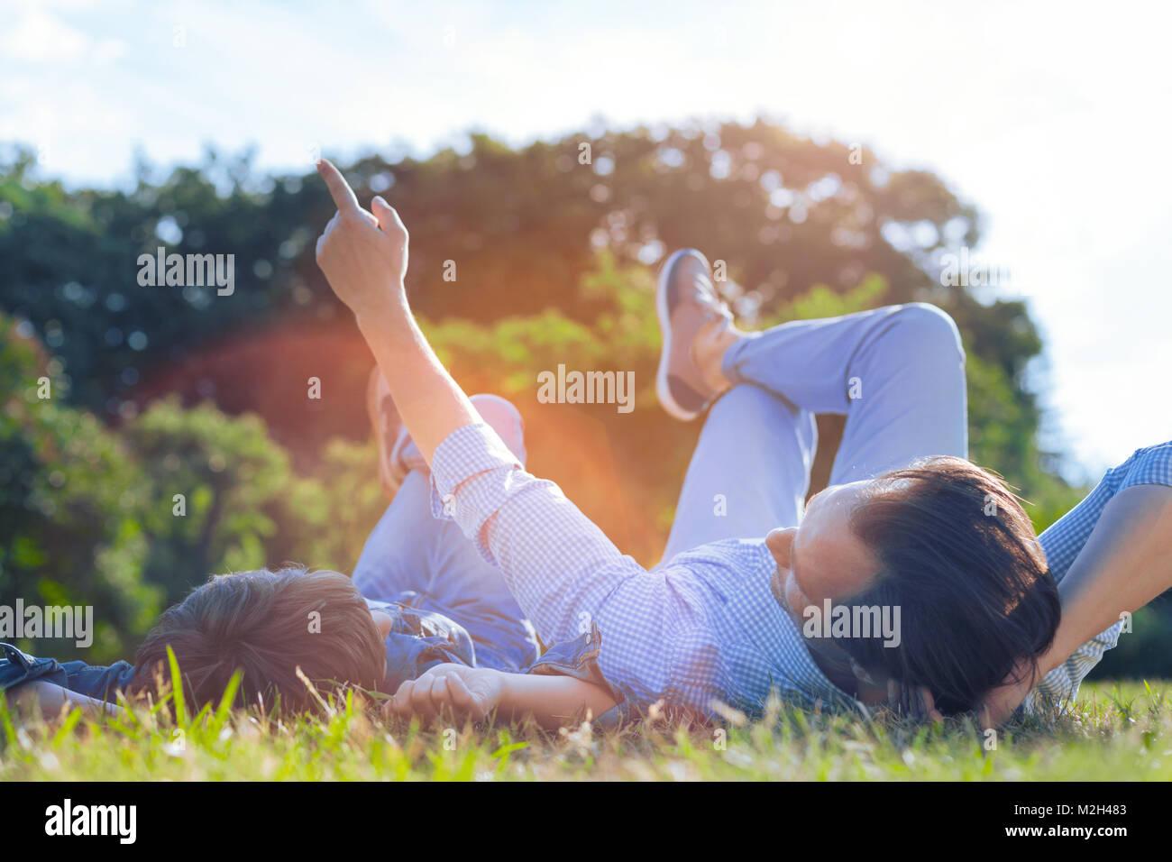Père et fils bénéficiant d'agréable conversation à l'extérieur Photo Stock