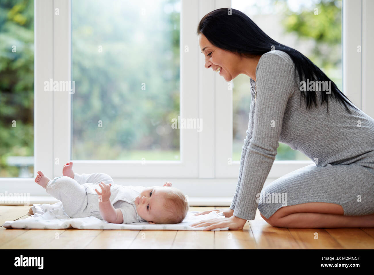 L'interaction de la mère avec son bébé Photo Stock