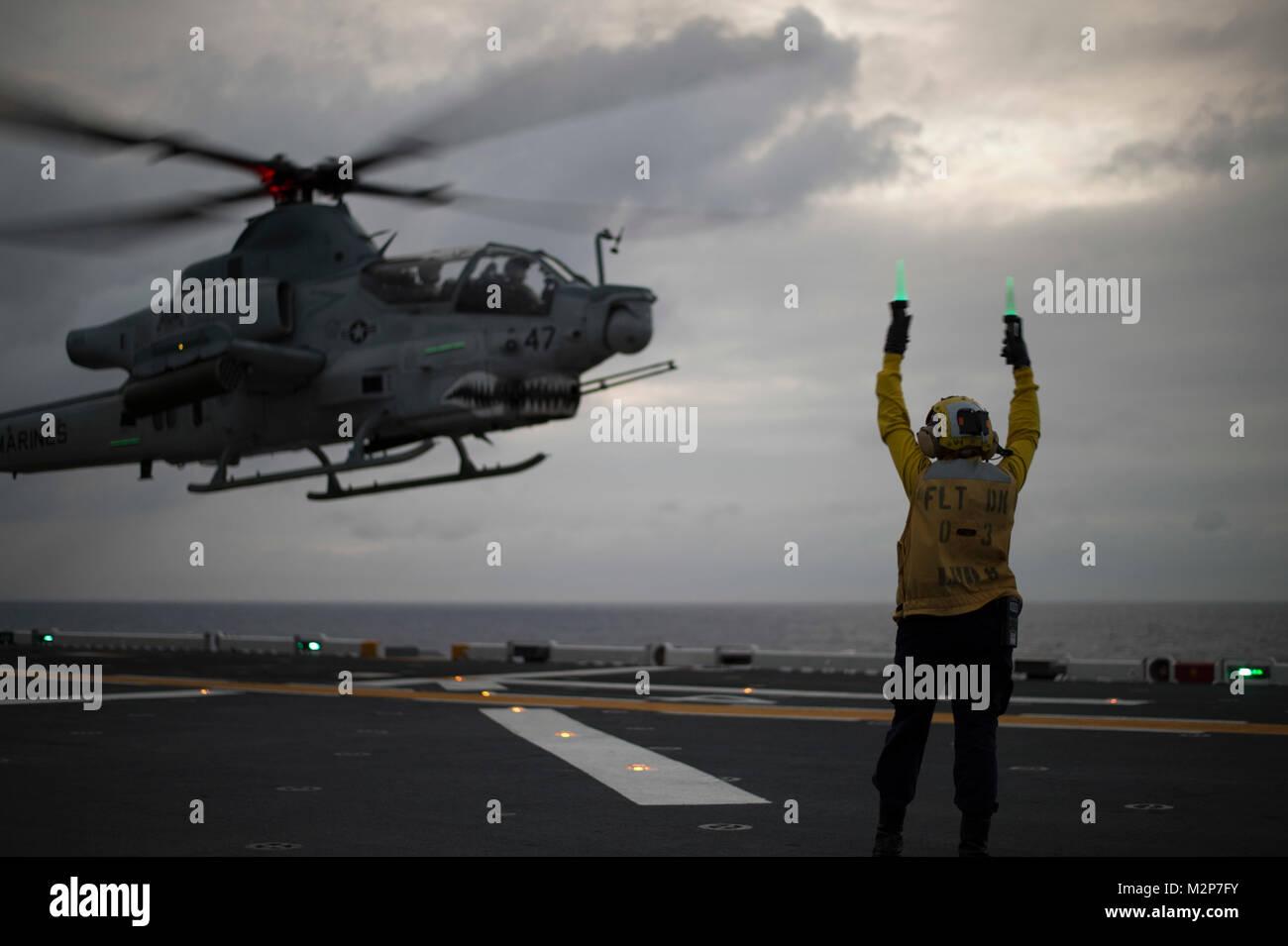 180204-N-XK809-063 MER DES PHILIPPINES (fév. 4, 2018) l'Aviation maître de Manœuvre (manutention) Photo Stock