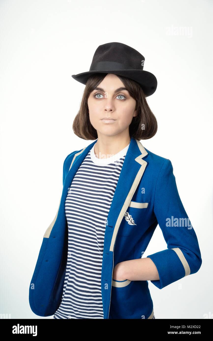 Belle jeune fille- grands yeux bleus portant des vêtements très élégant, les cheveux et maquillage. Photo Stock