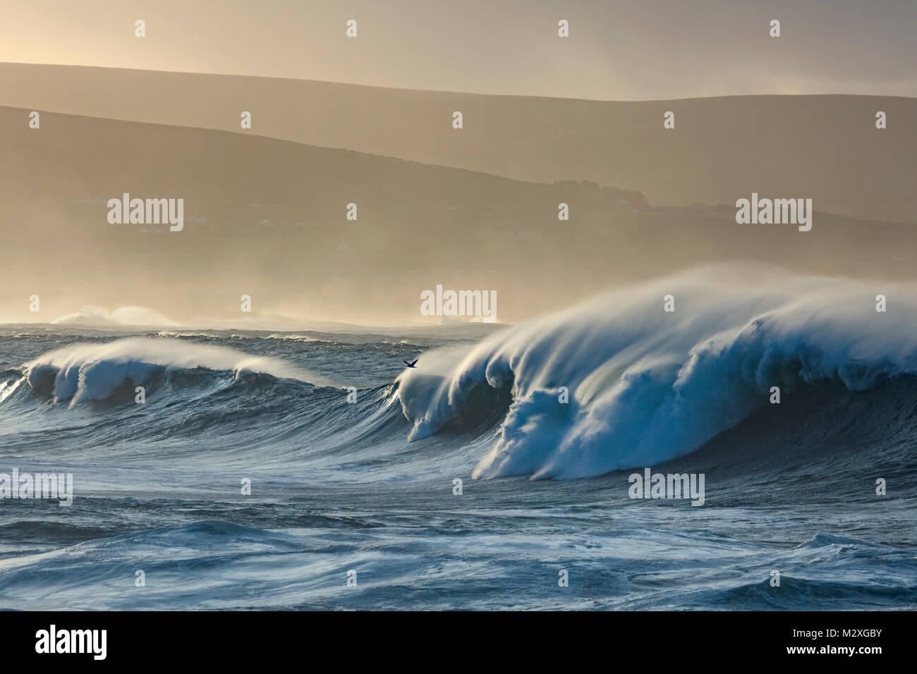 Tempête atlantique vagues près de Ballycastle, Comté de Mayo, Irlande. Photo Stock