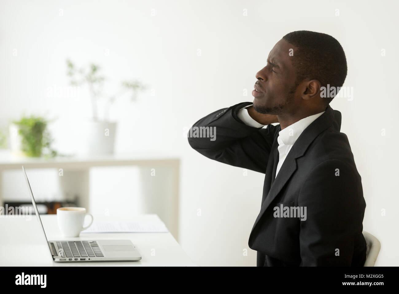 African american businessman se sent la douleur au cou assis sur