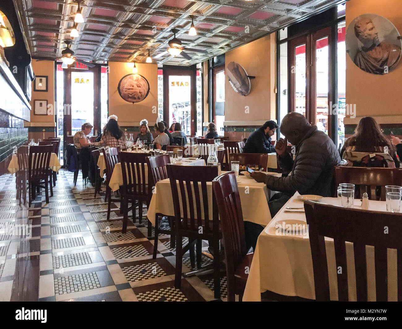 Intérieur de la grotte Azzurra dans le quartier de Little Italy, Manhattan, New York. Les gens en ville au Photo Stock