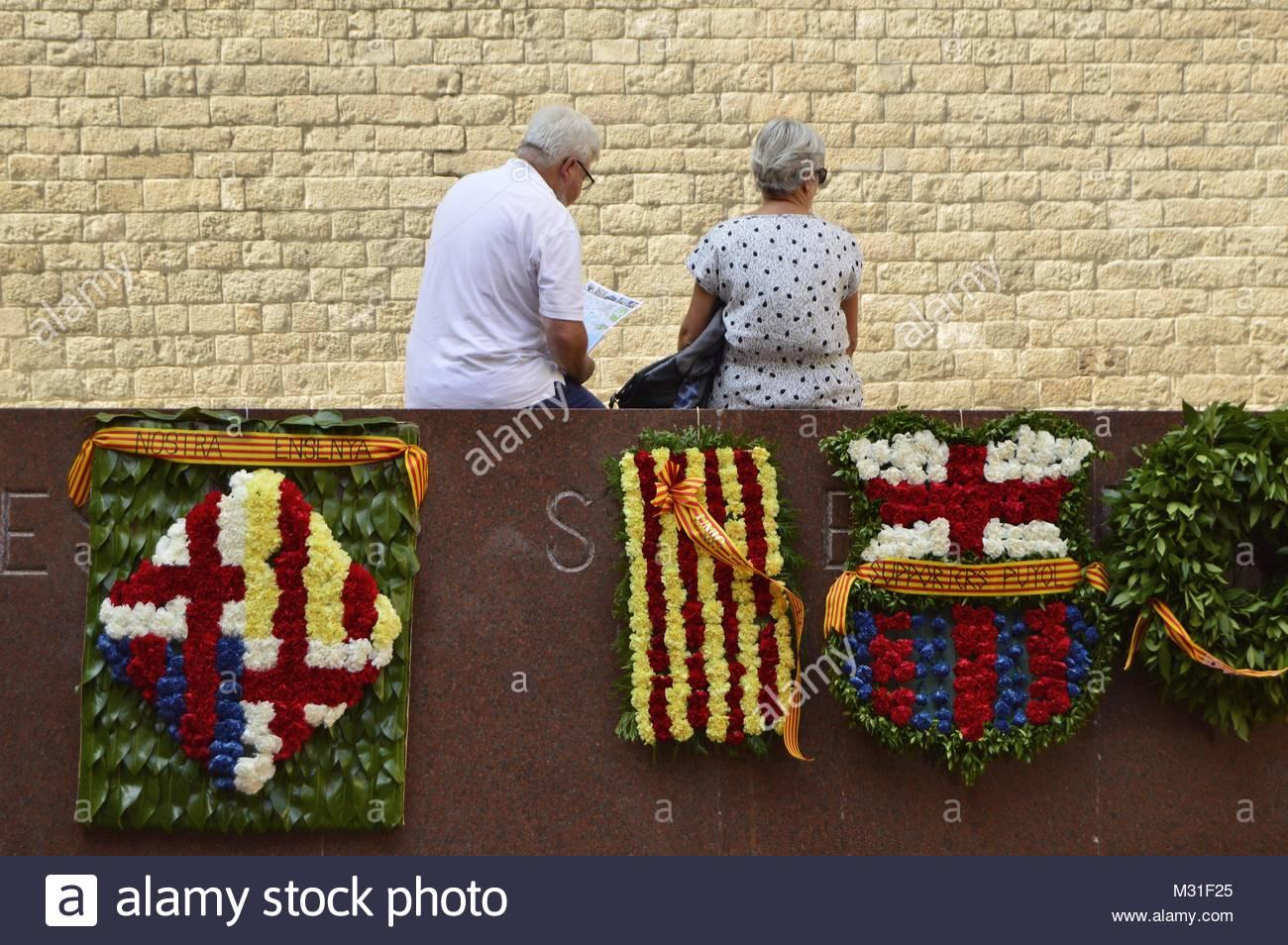 Vieux couple mur de guirlandes Barcelone Espagne Europe. Journée nationale de la Catalogne 11.9.2015 Photo Stock