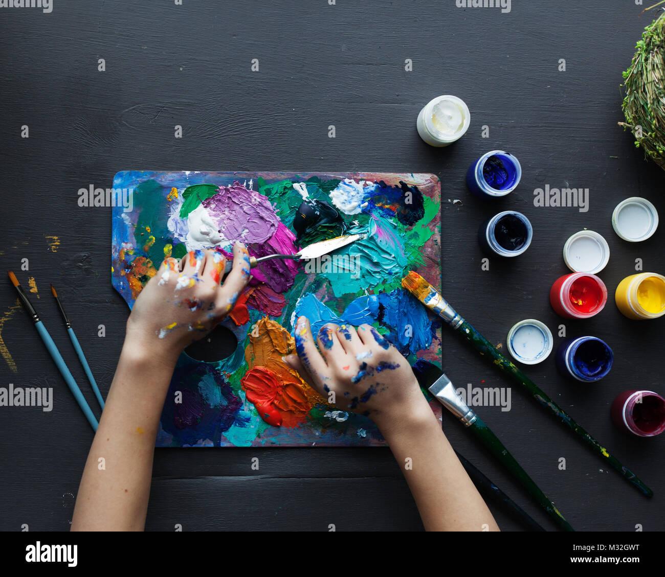 Les Mains De L Artiste Peinture Pinceaux Palette De