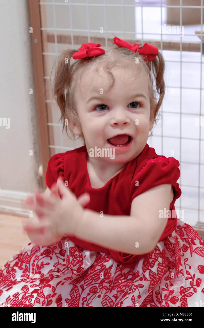 13 mois, fille, montrant comment elle peut frapper ses mains Photo Stock