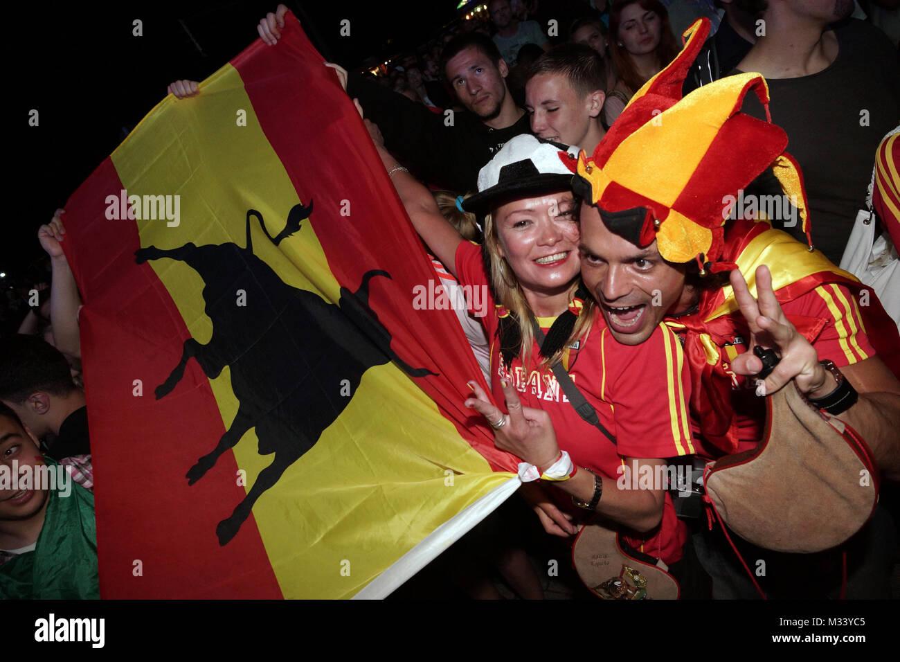 Laut jubelnde Fußballfans beim Sieg von Spanien gegen Italien an der Fanmeile zur Europameisterschaft 2012 am Brandenburger Tor à Berlin. Banque D'Images