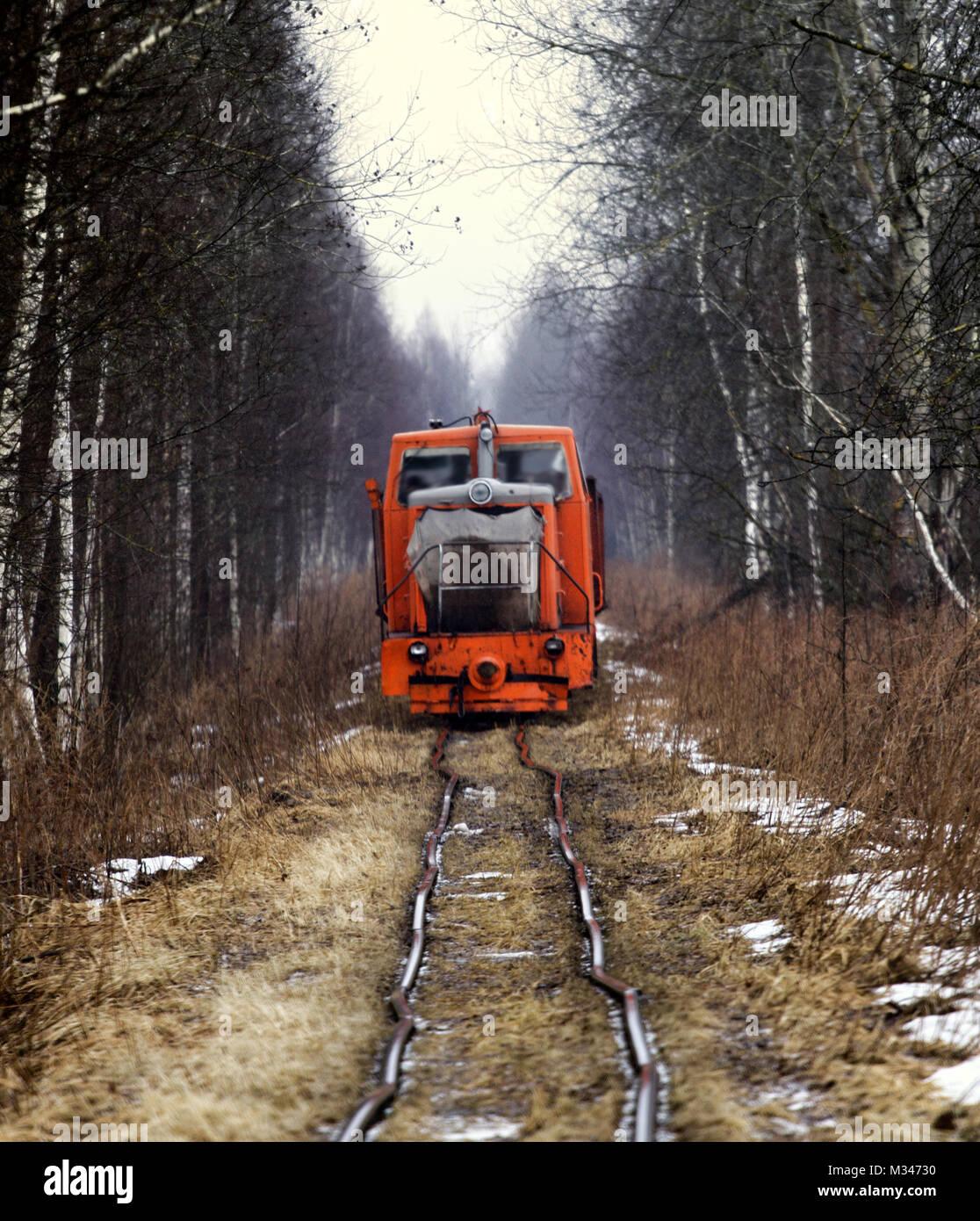 Vieux fer branlant très dangereux. des excursions en train sur des rails déformés Photo Stock