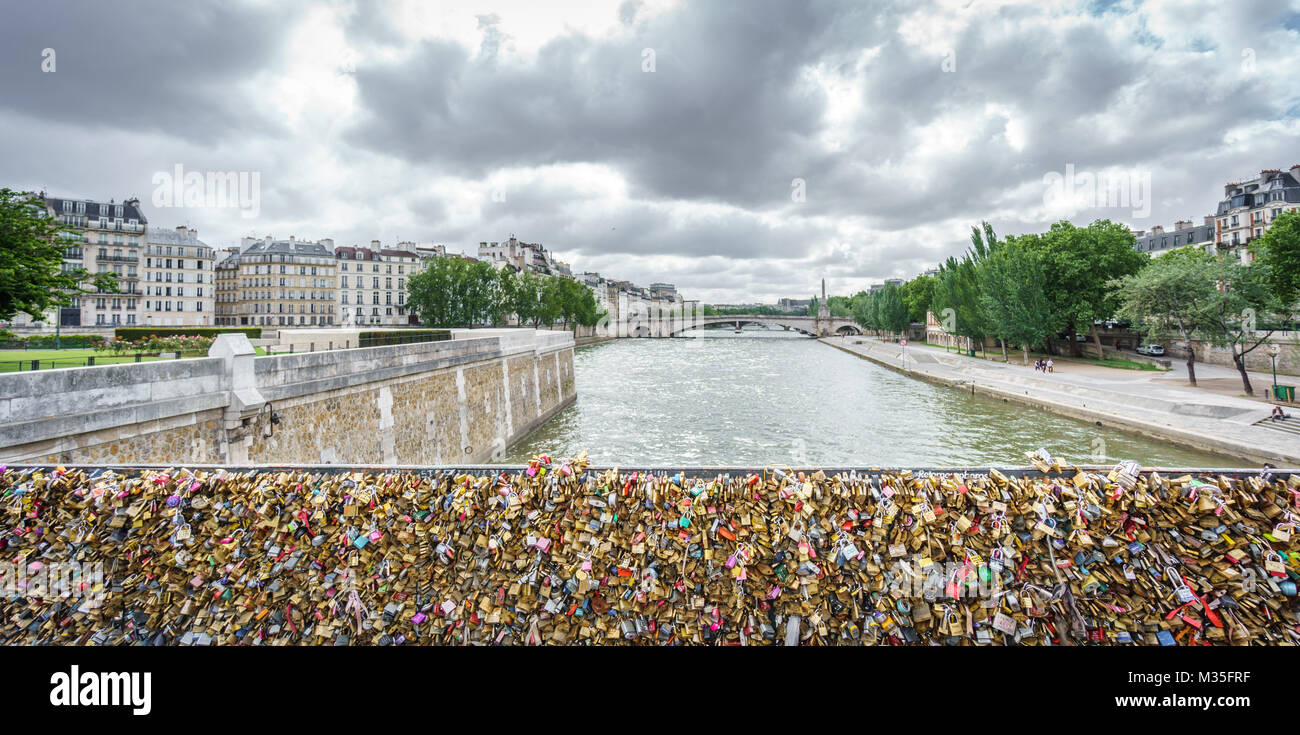 PARIS, FRANCE - 15 mars 2015 : Pont de l Archeveche avec amour les cadenas et Seine à Paris, France Photo Stock