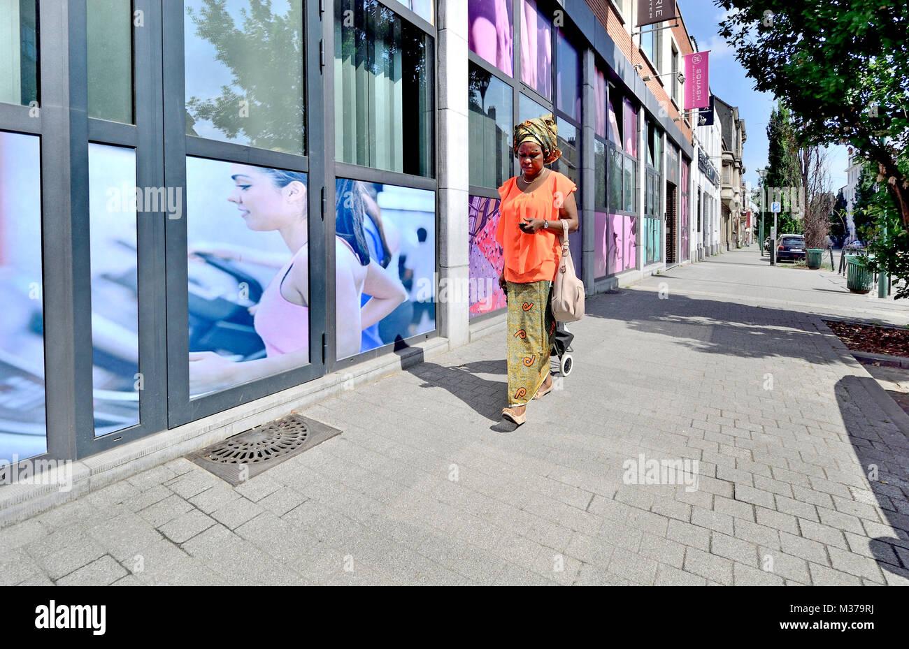 Bruxelles, Belgique. African woman walking in the street Photo Stock