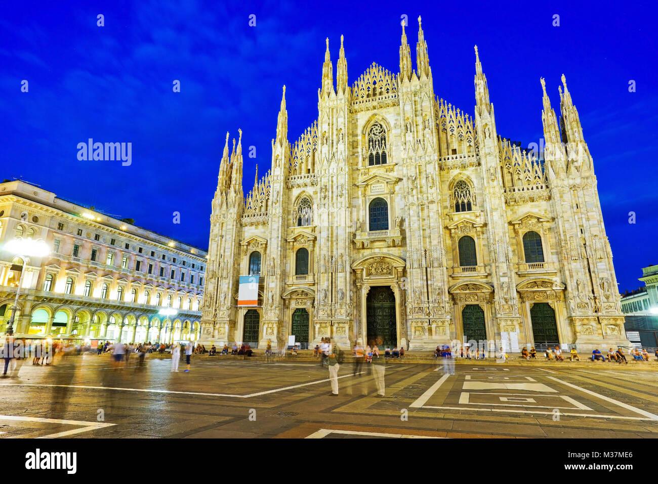 Vue de la cathédrale de Milan la nuit à Milan, Italie. Photo Stock