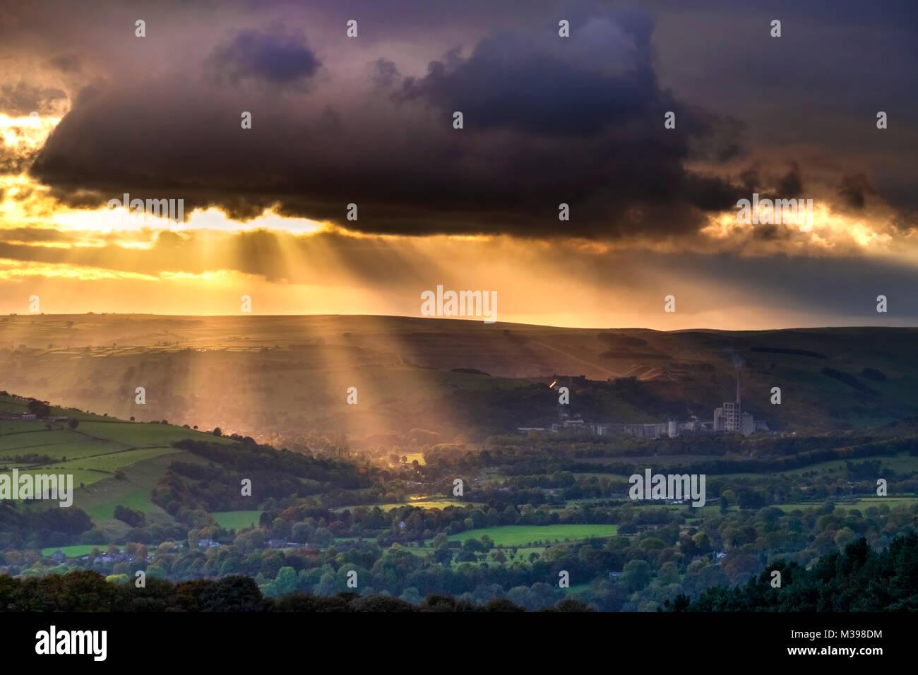 Rayons crépusculaires sur l'espoir Valley, parc national de Peak District, Derbyshire, Angleterre, RU Photo Stock
