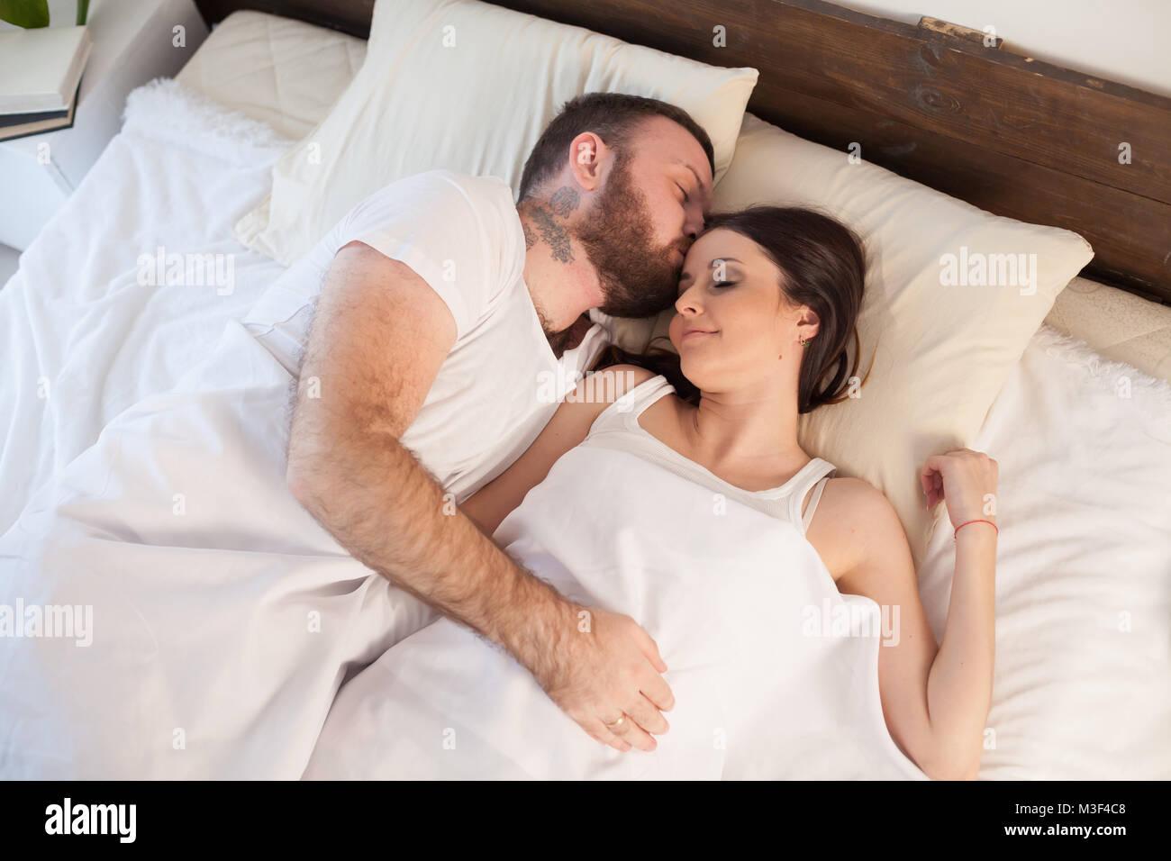 Un homme et une femme de dormir dans les lits à la maison Photo Stock