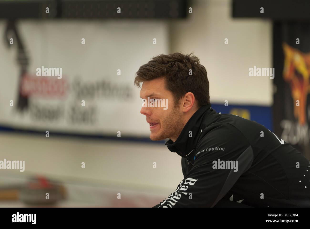 Rasmus Stjerne (DEN) pfeift seinen Wischern im Spiel gegen das Team Sik (CZE). Le circuit des Champions de curling Photo Stock