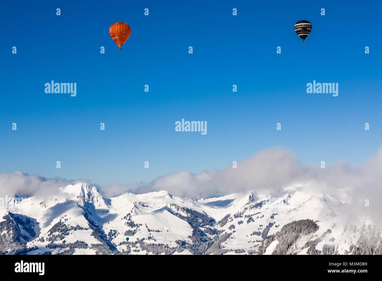 40e Festival International de Ballons à air chaud à Château-d'Oex - ballons volent dans le ciel bleu sur le paysage Banque D'Images