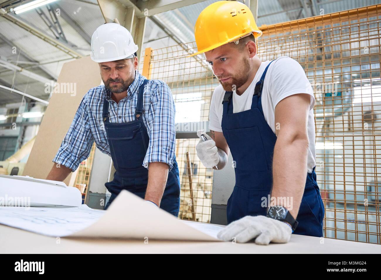 Deux travailleurs de la construction des Plans d'inspection Photo Stock