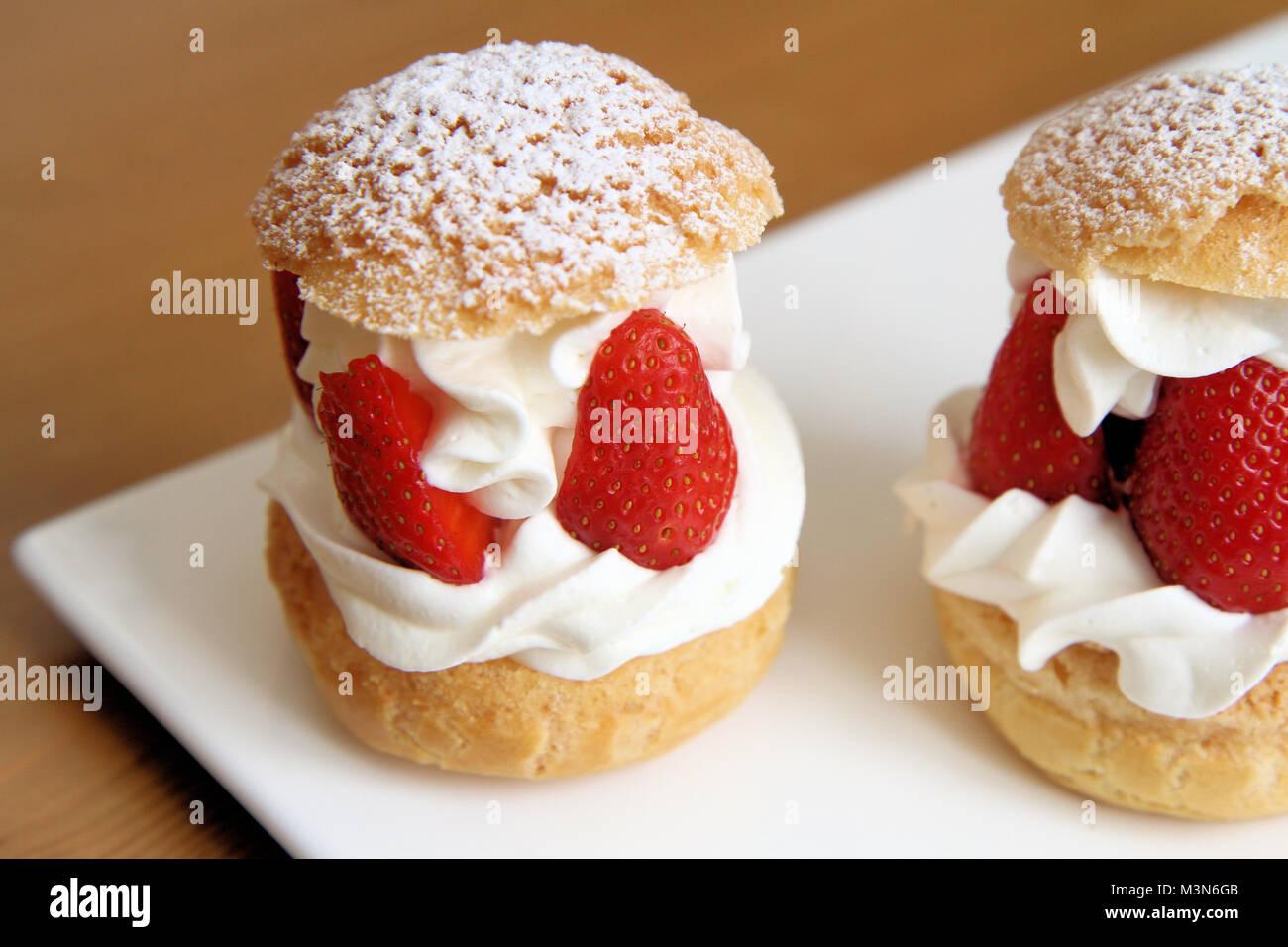 La crème fouettée et les fraises bouffées Photo Stock