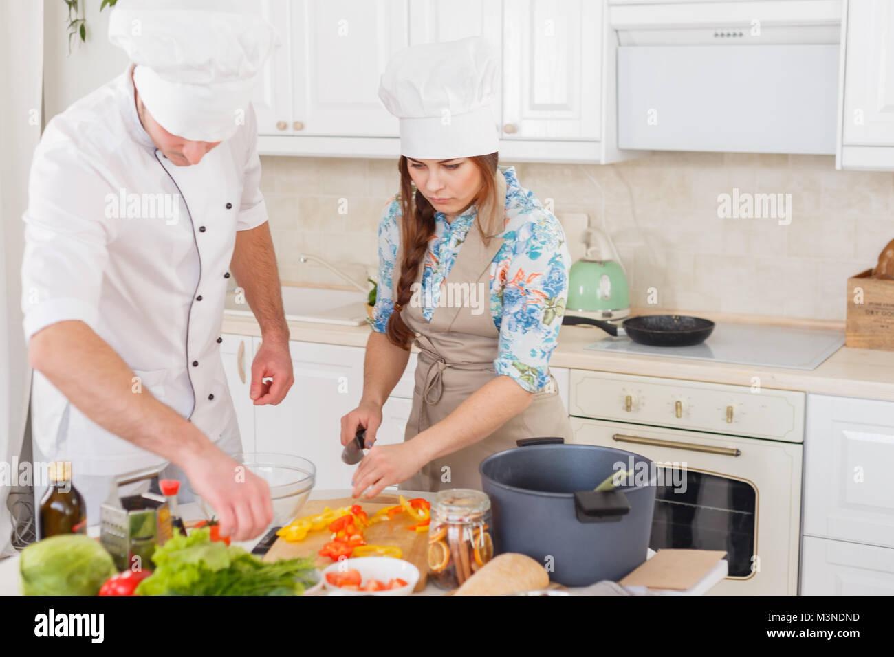 Un Senior Chef De Donner Lecon De Cuisine Pour Jeunes Chefs Banque