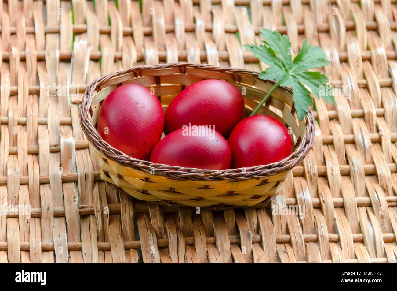 Peindre Un Panier En Osier libre de peinture rouge pâques oeufs dans le panier en osier