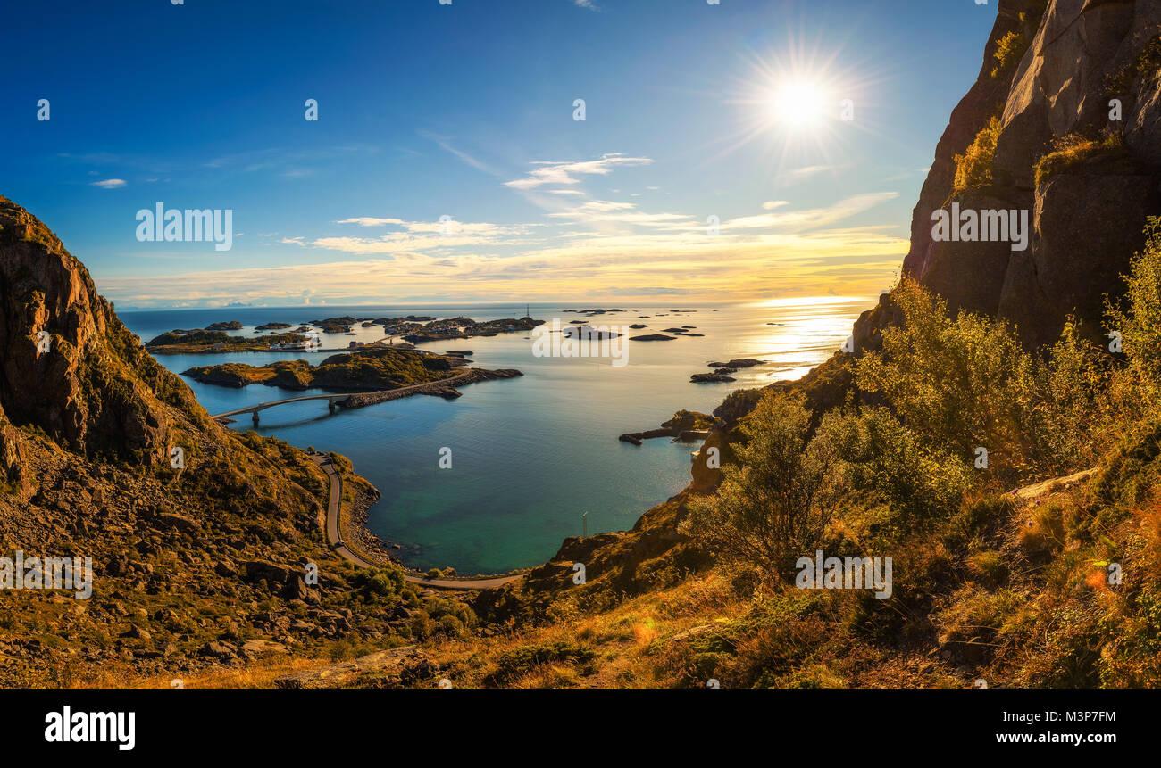 Vue depuis le mont Festvagtinden au-dessus du village de Henningsvær, Norvège Photo Stock