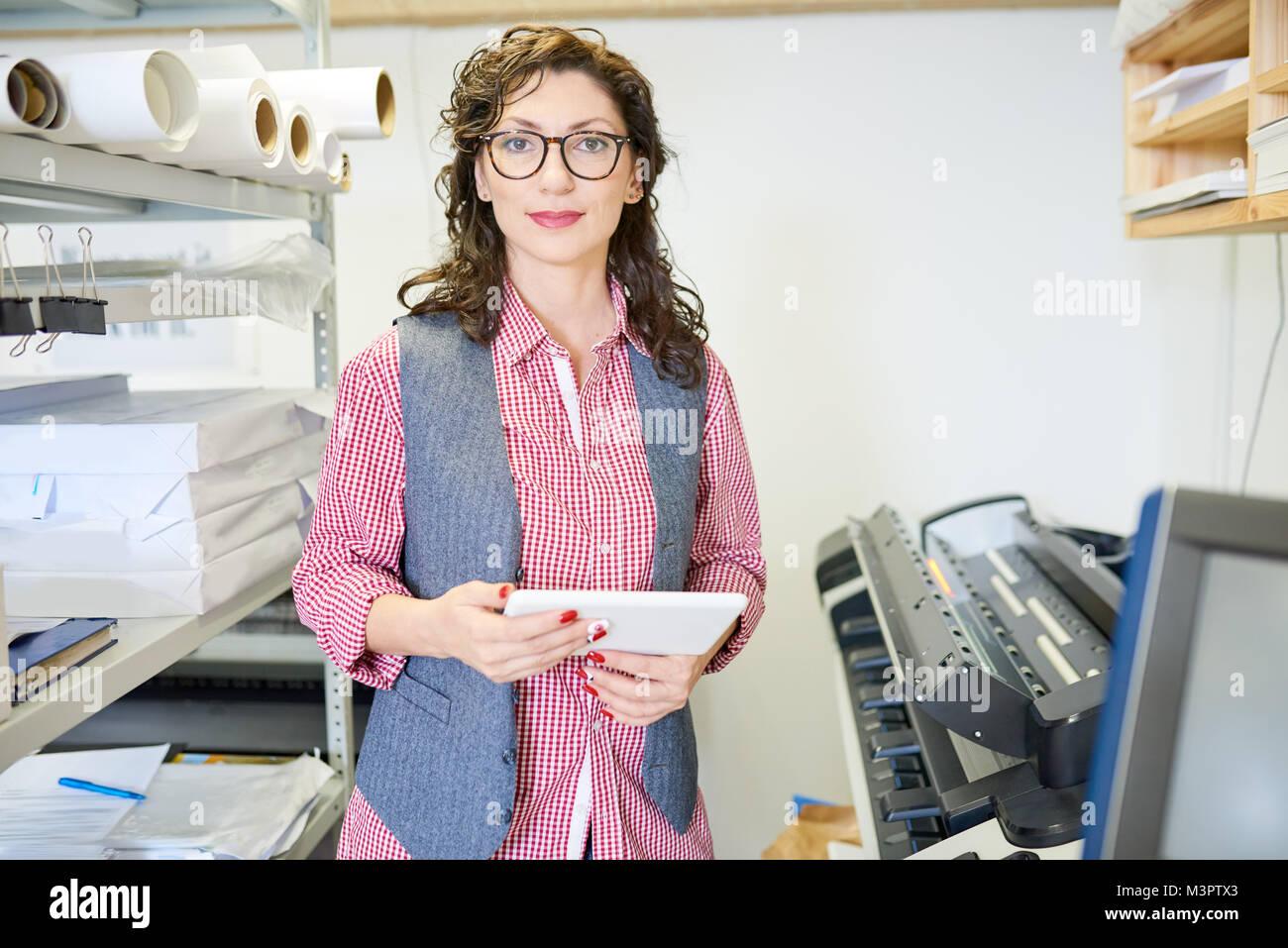 Femme Manager dans Printshop Banque D'Images