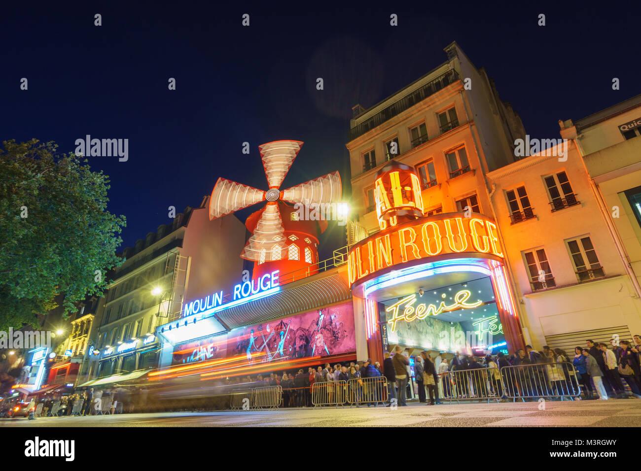 PARIS - 15 mai: Le Moulin Rouge blurred motion par nuit, le 15 mai 2015 à Paris, France. Moulin Rouge Photo Stock