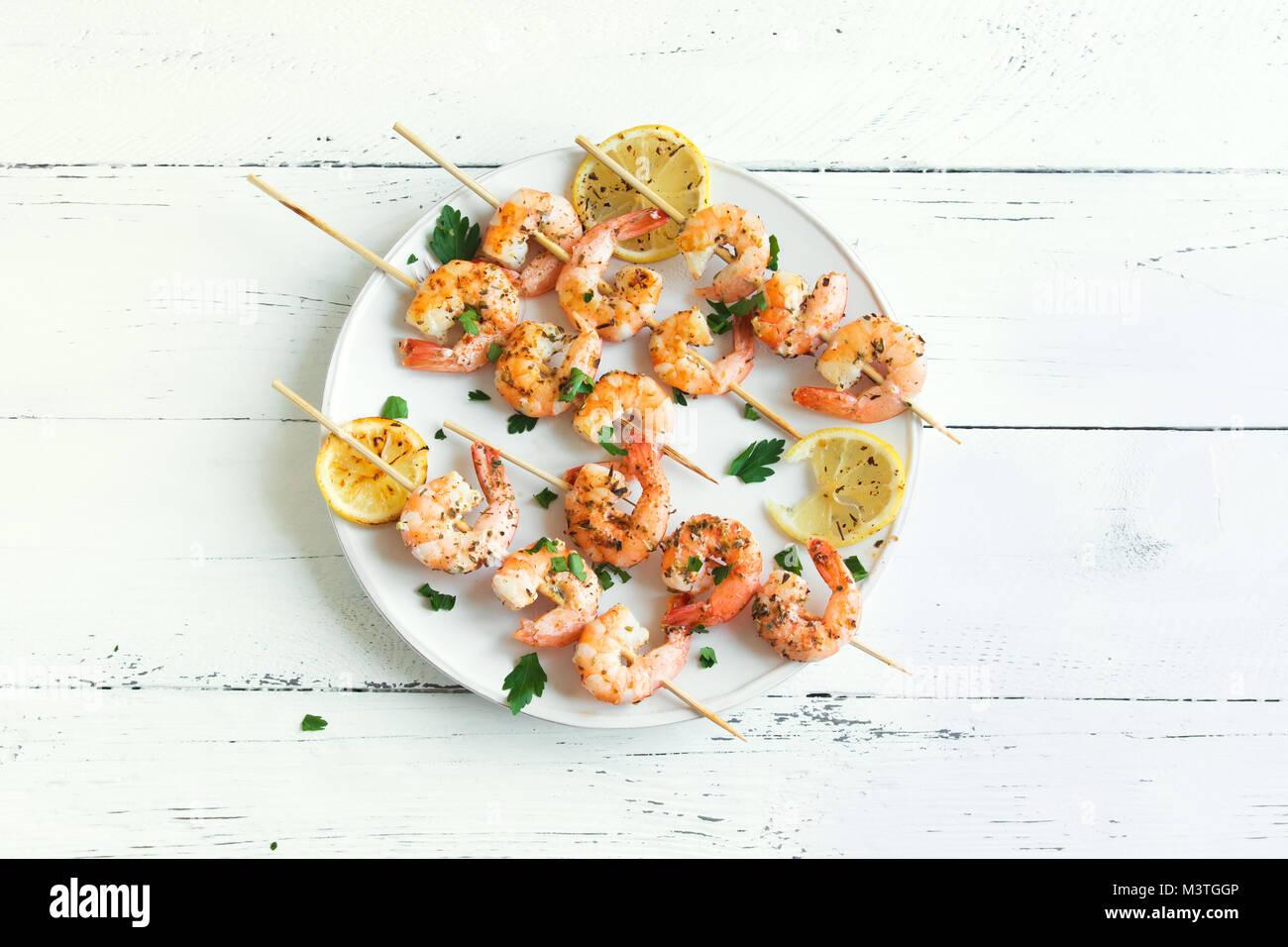 Brochettes de crevettes grillées. Fruits de mer, de bivalves. Brochettes de crevettes crevettes aux épices Photo Stock