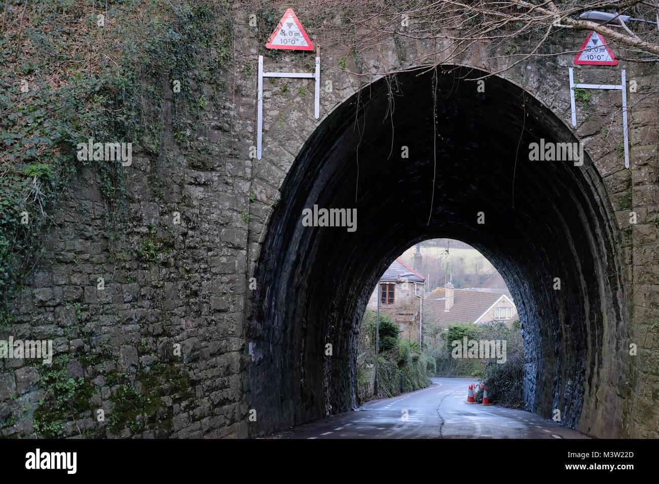 Une route sous un pont de chemin de fer Photo Stock