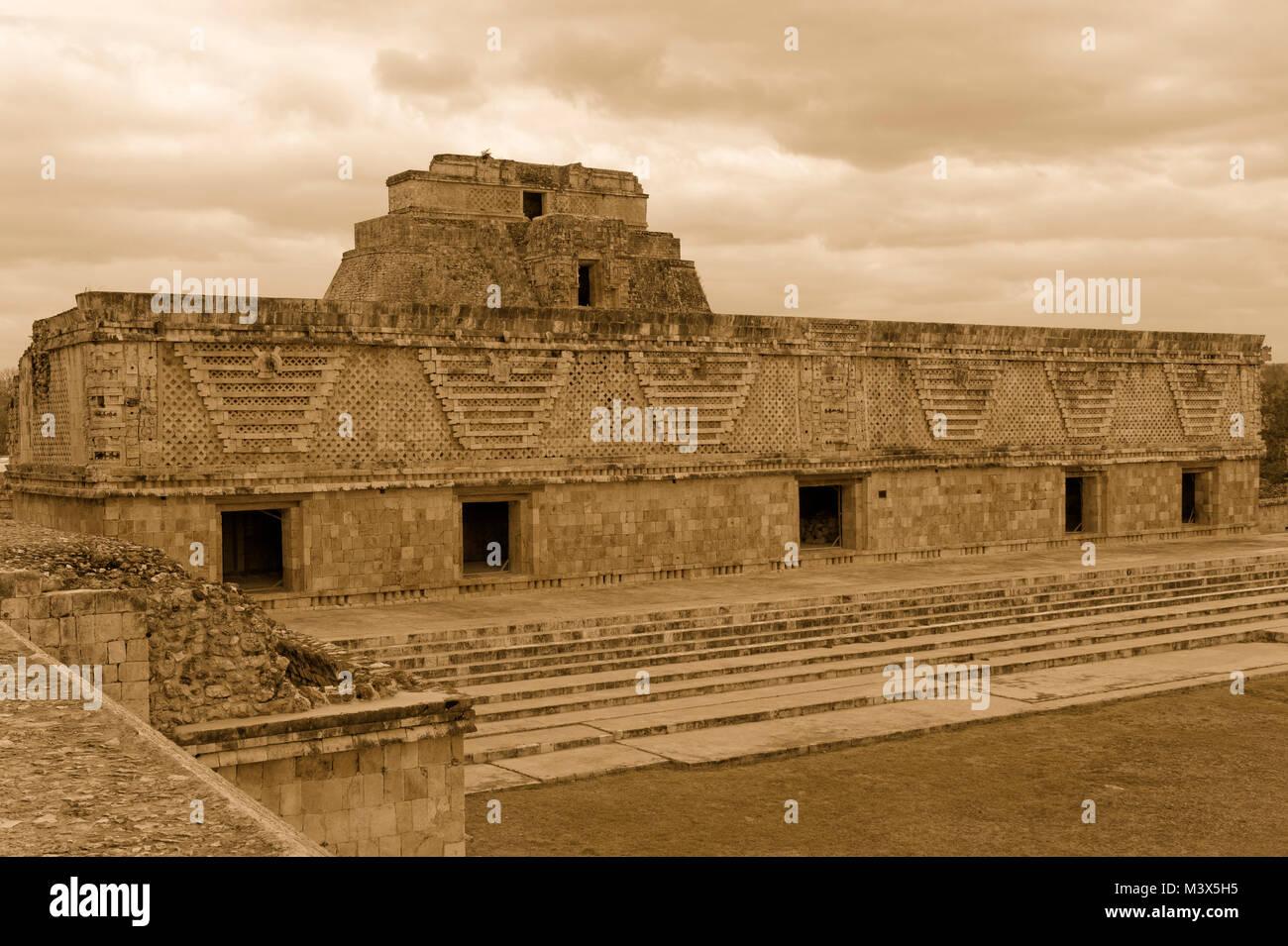 Sépia est bâtiment de la Nunnery Quadrangle avec pyramide du Magicien dans les ruines mayas d'Uxmal, Photo Stock