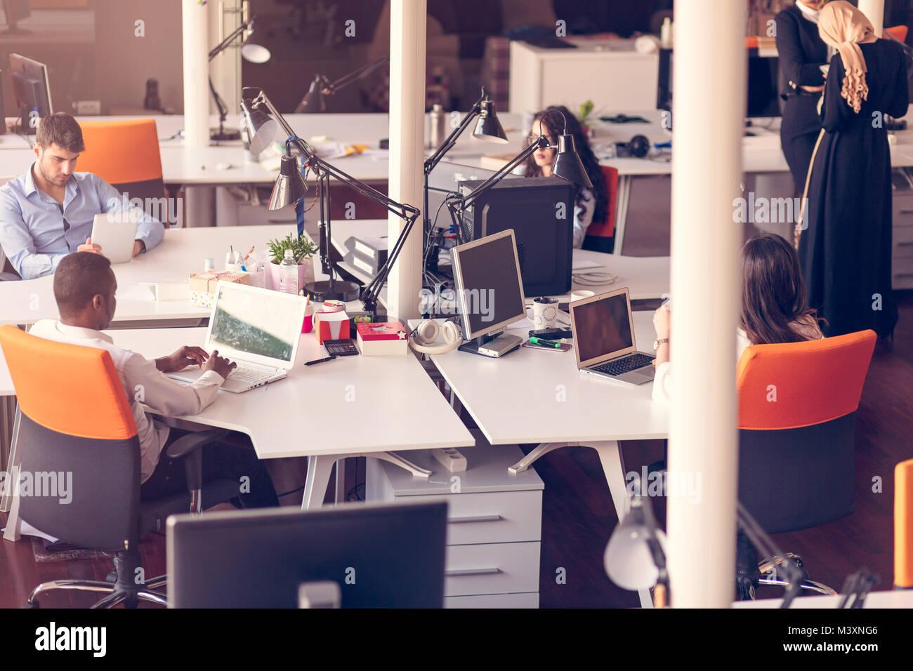 Les gens d'affaires de démarrage de travail Groupe de travail de tous les jours au bureau moderne Photo Stock