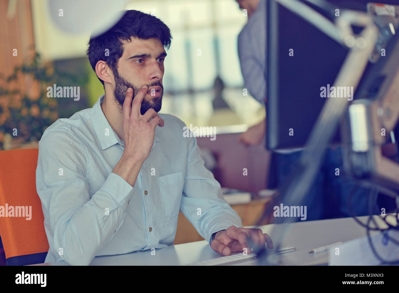 Entreprise, démarrage et les gens d'affaires - concept créatif ou employé de bureau avec ordinateur Photo Stock