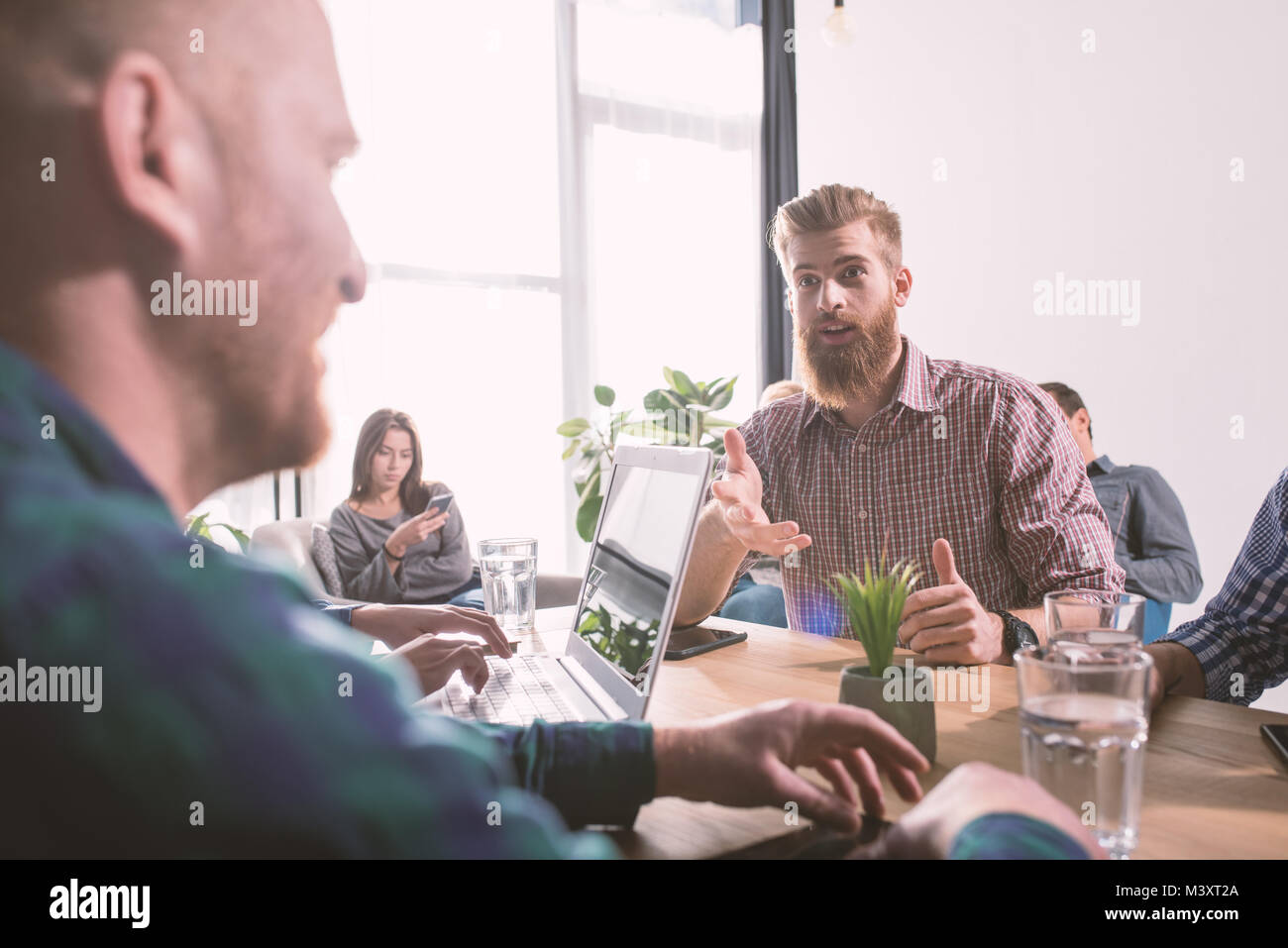 Homme d'affaires du bureau connecté sur le réseau internet. concept de partenariat et de travail en Photo Stock
