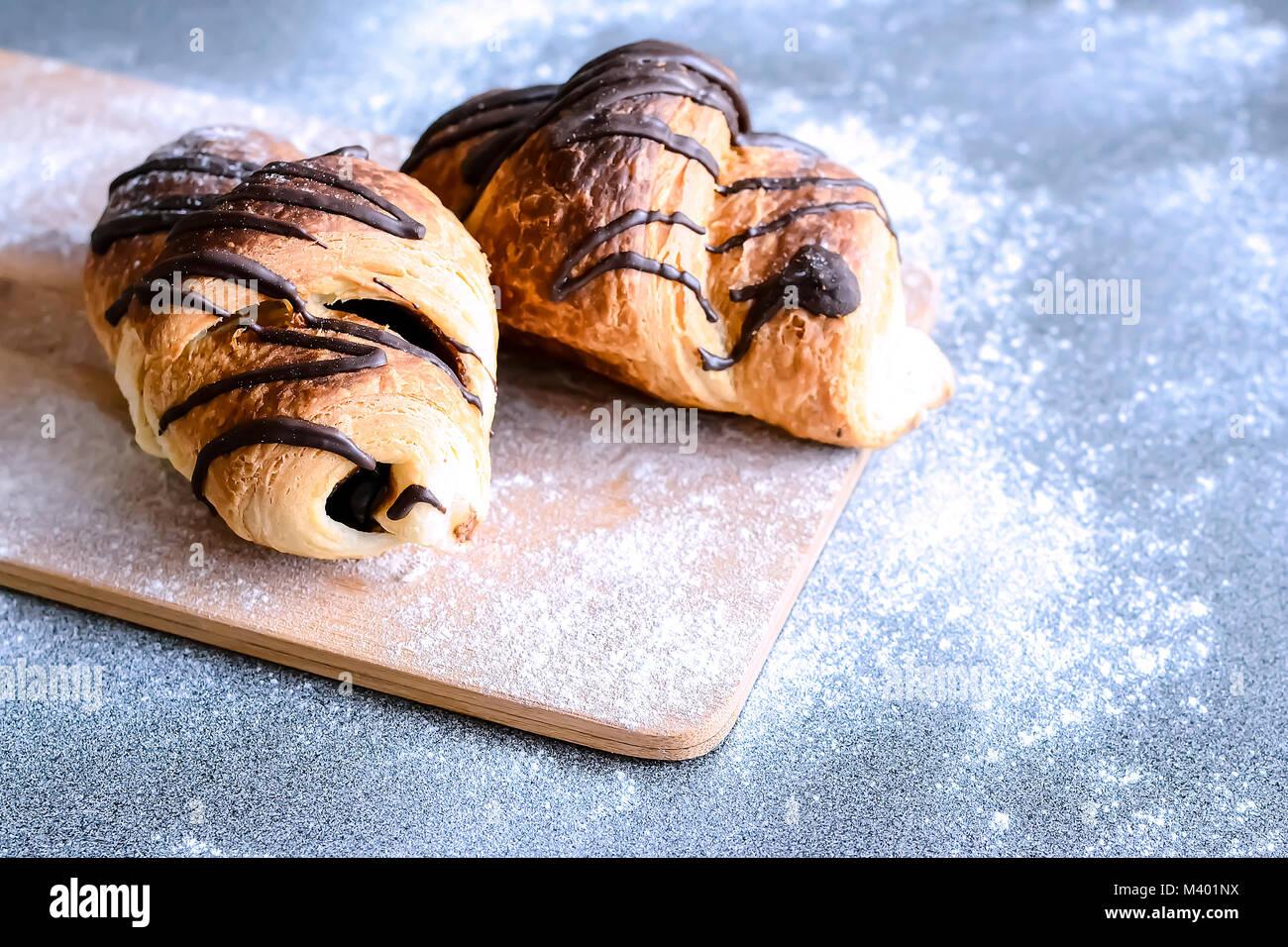 Des croissants frais avec du chocolat sur la table. Bain délicieux Photo Stock