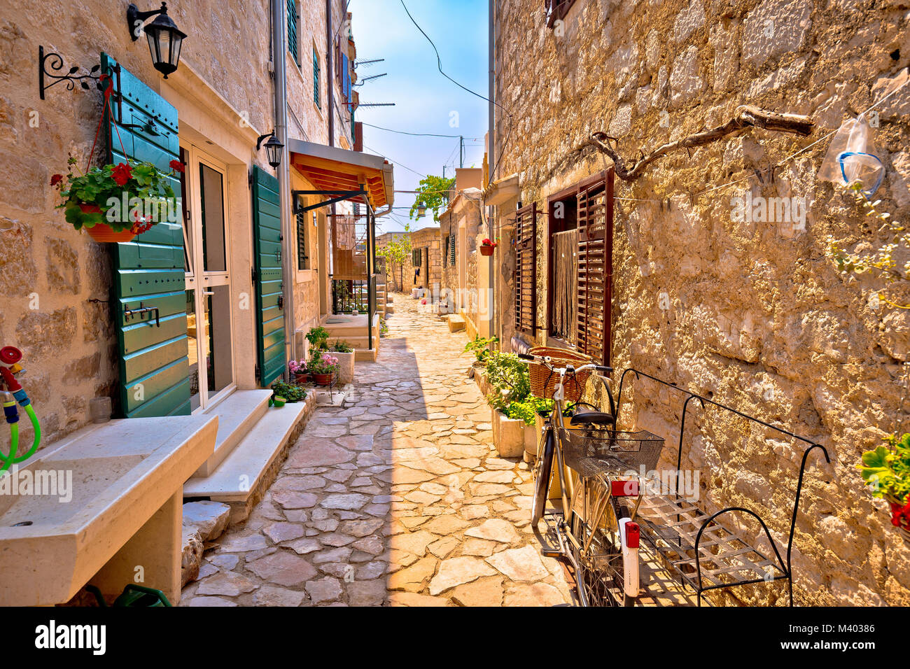 Rue Pierre méditerranéennes colorées de l'île de Prvic, l'archipel de Sibenik de Croatie Photo Stock