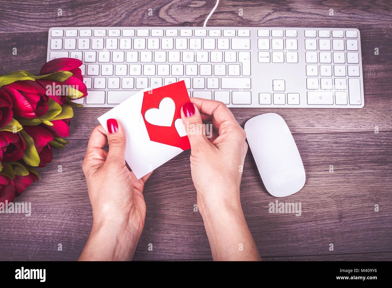 Femme libre de mains tenant l amour carte de souhaits sur le
