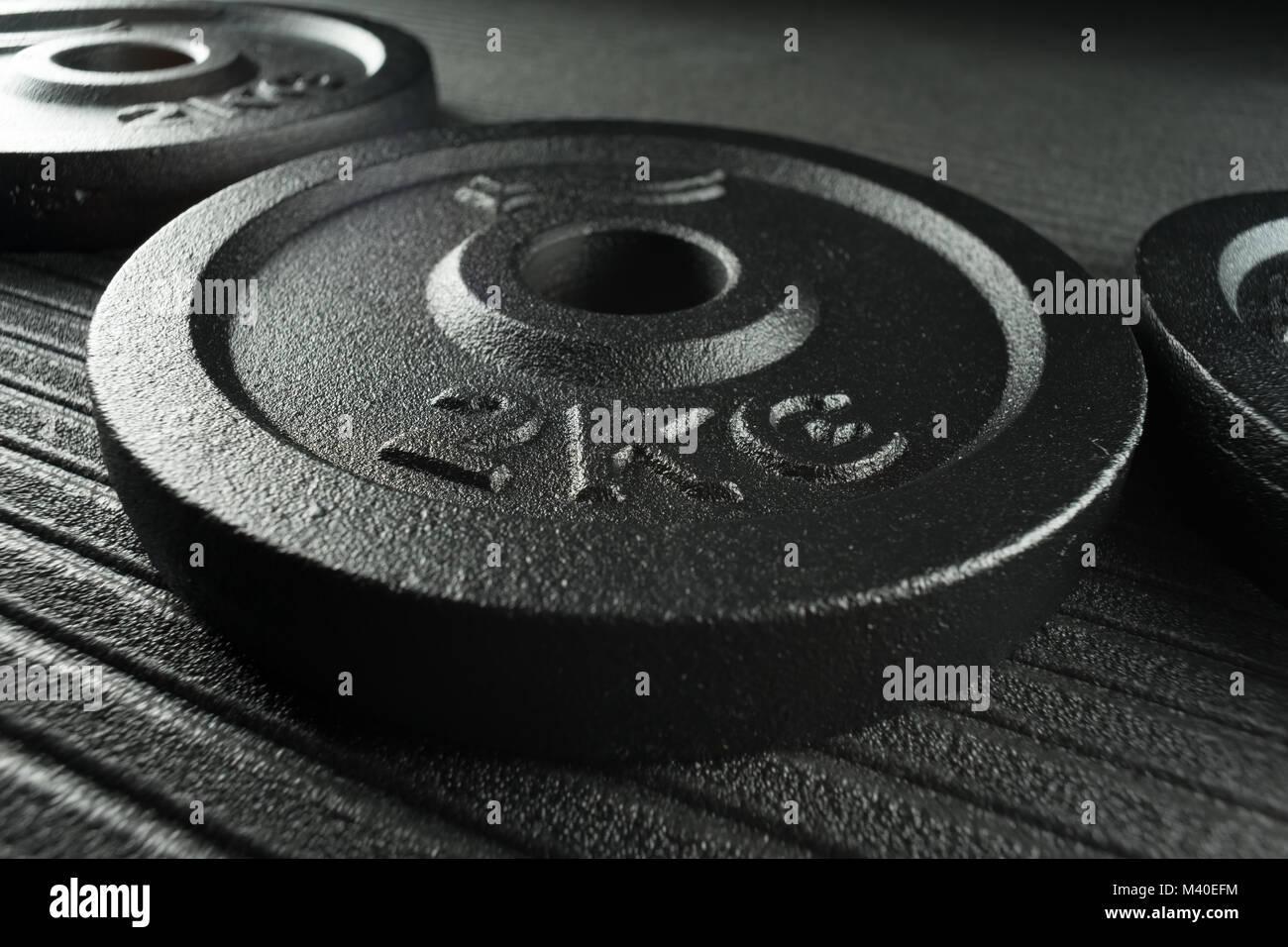 Les plaques de poids d'haltère sur un studio de remise en forme / fitness musculation marbre Photo Stock