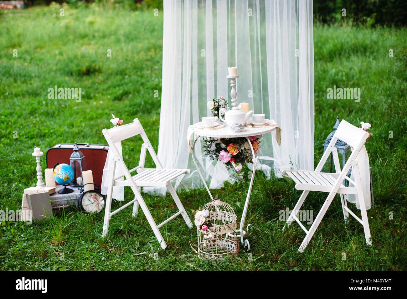 Table décorée pour deux servi dans le jardin. Décoration avec des ...
