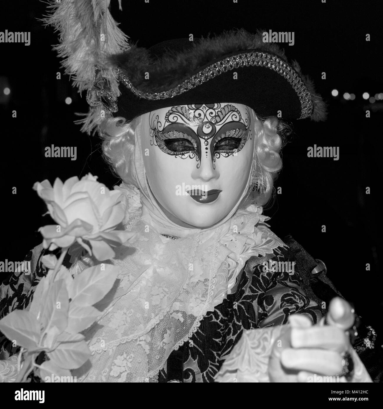 Carnaval de sexe masculin pratiquant en costume traditionnel et masque debout avec retour à le Grand Canal, les Banque D'Images