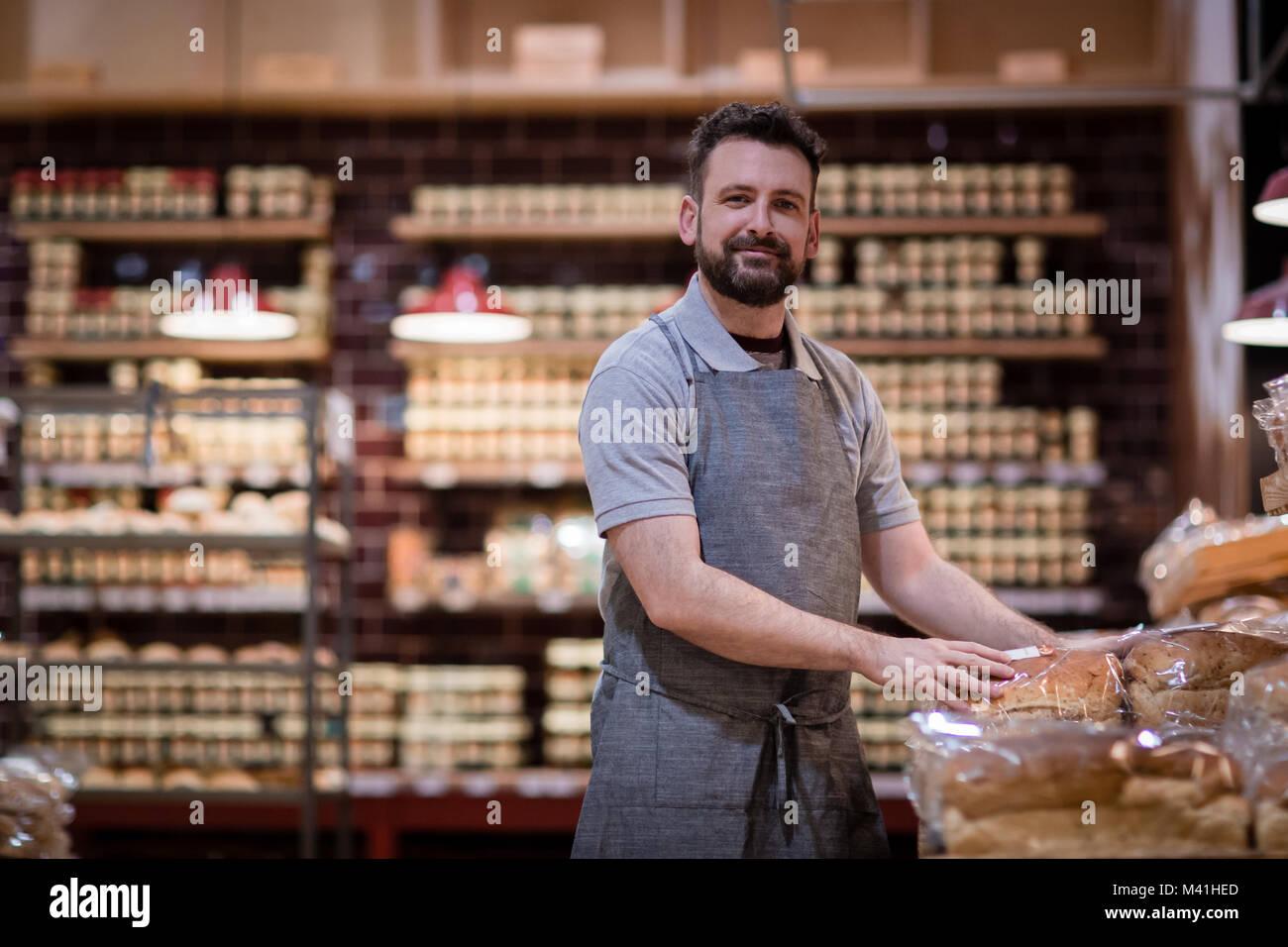 Baker dans une boulangerie à la recherche à l'appareil photo Photo Stock