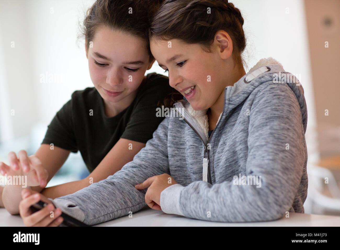 À l'aide de soeurs ensemble smartphone Banque D'Images