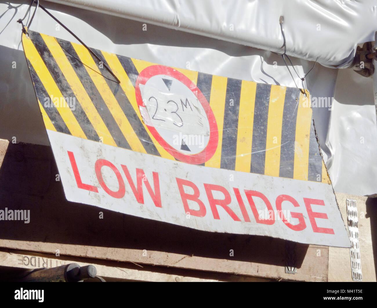 Pont faible signe Waring montrant 2,3 m Hauteur de dégagement, UK Photo Stock