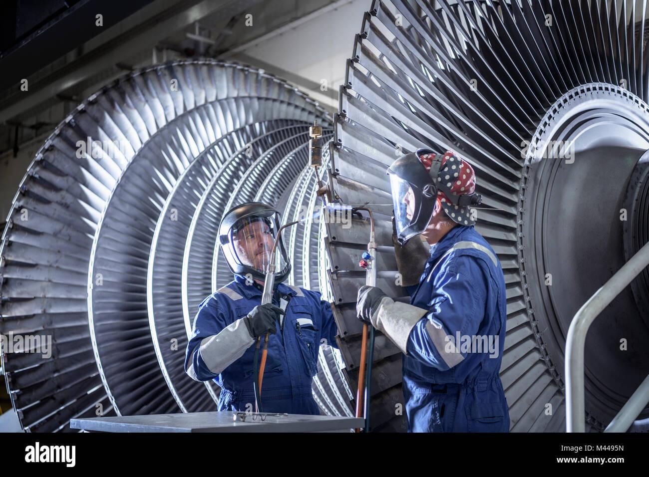 Extrémités de brasage des ingénieurs sur des lames de turbine à vapeur basse pression dans l'usine de maintenance Banque D'Images