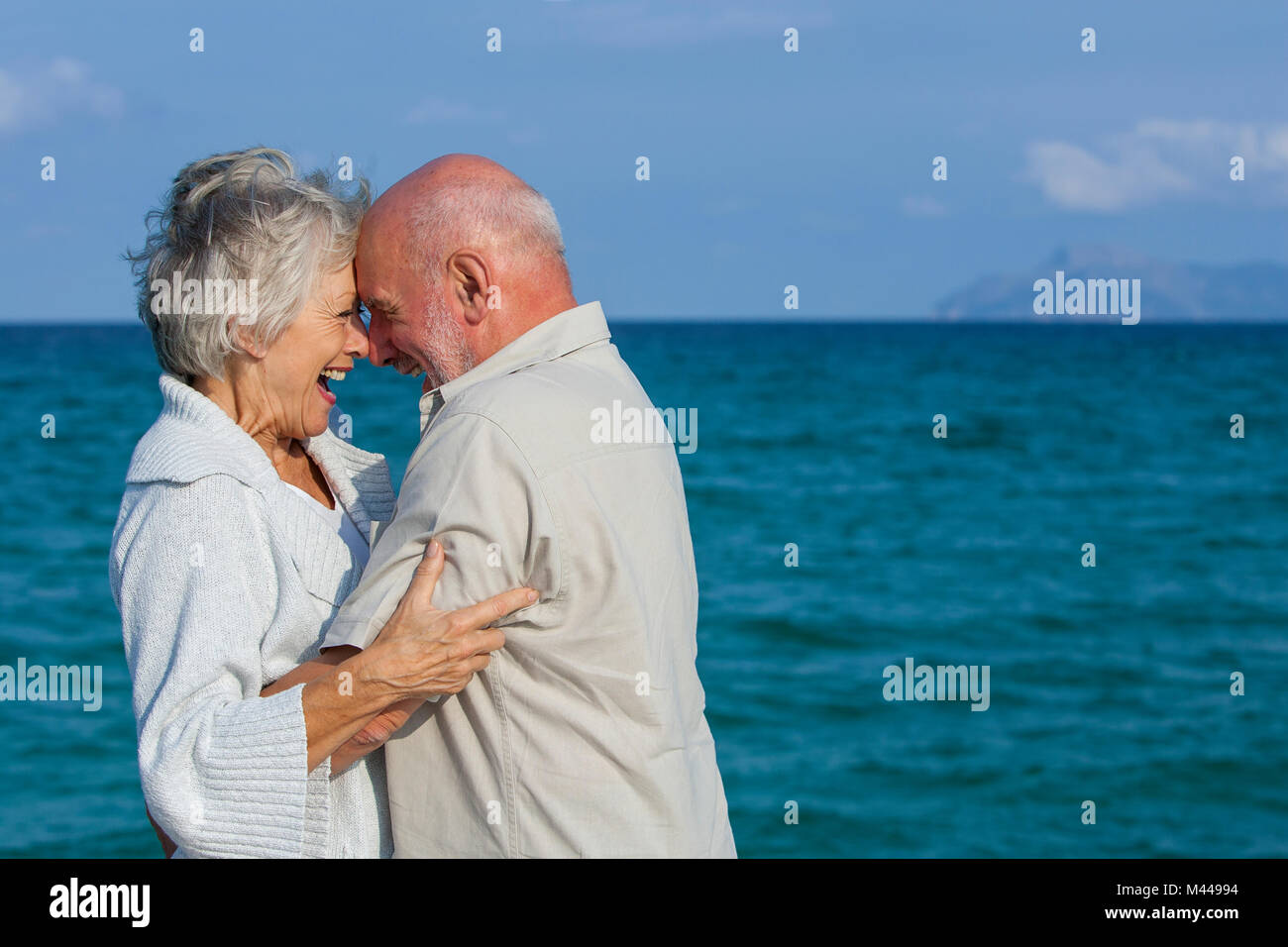 Couple hugging and laughing par station Banque D'Images