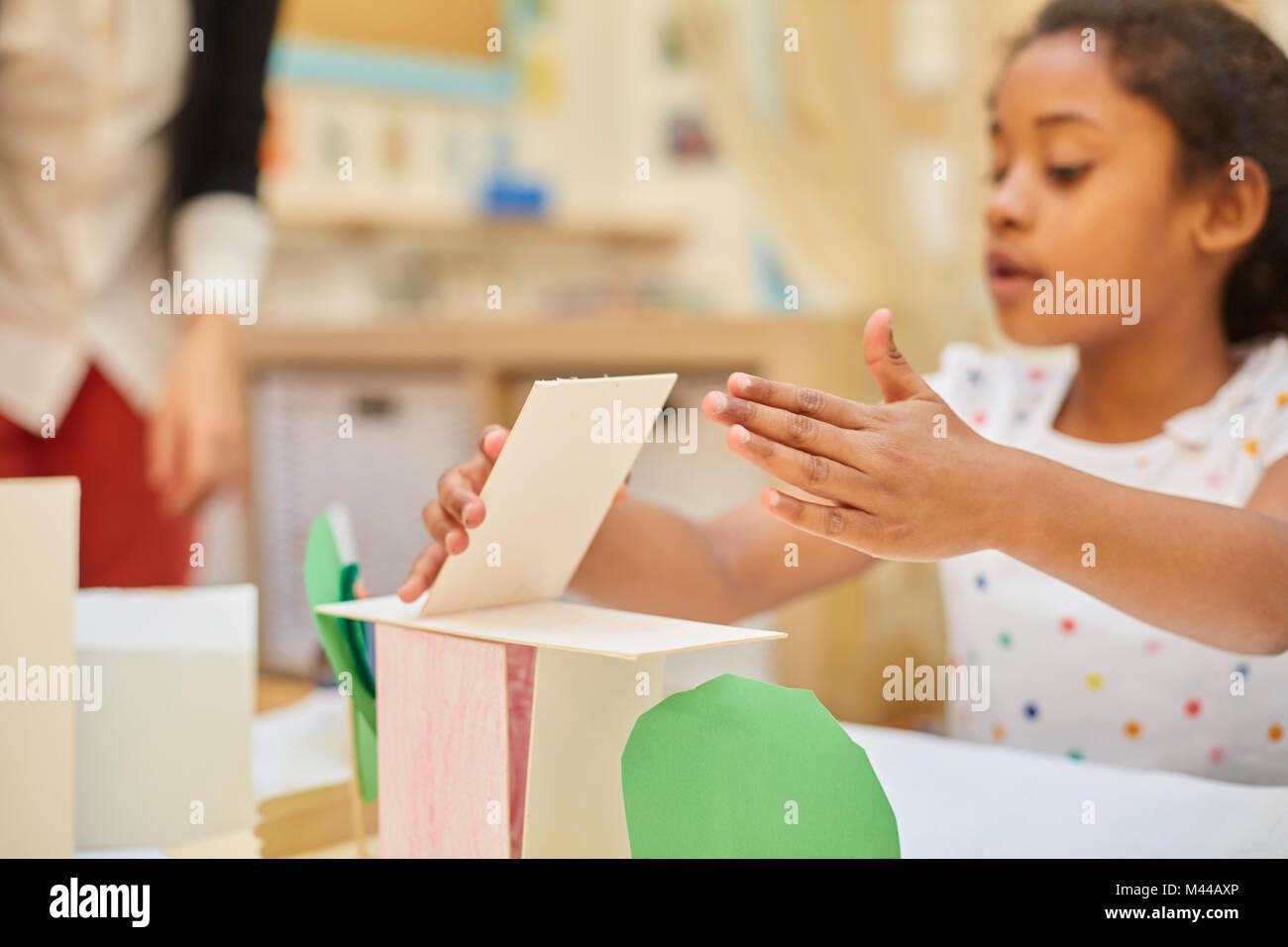 Décisions d'écolière primaire structure carton sur classe 24 Banque D'Images