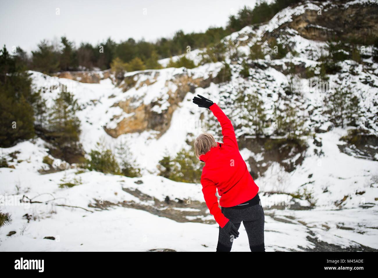 Senior woman jogging en hiver la nature. Banque D'Images