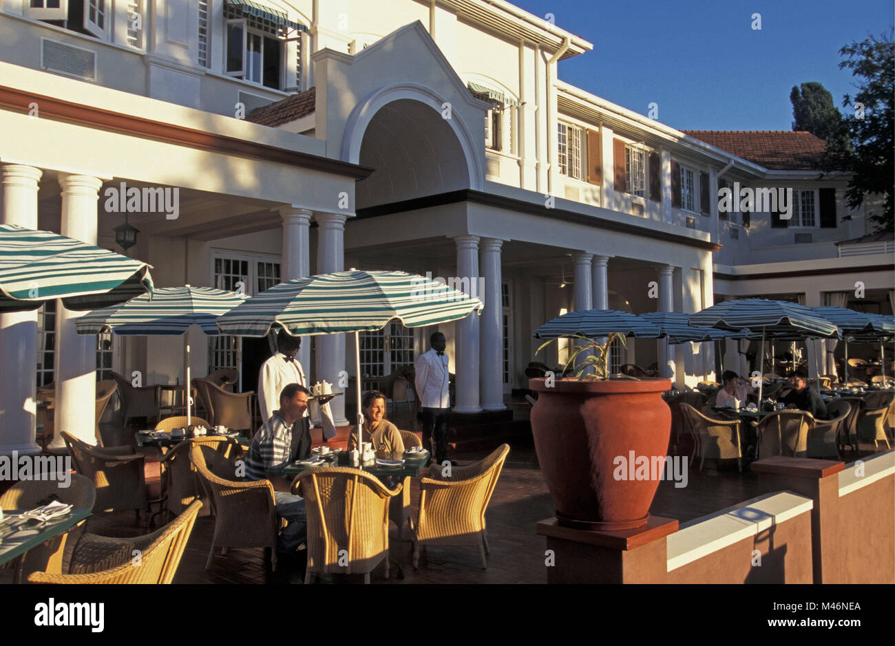 Le Zimbabwe. Les chutes Victoria. Les touristes. Victoria Falls Hotel. Terrasse. Photo Stock